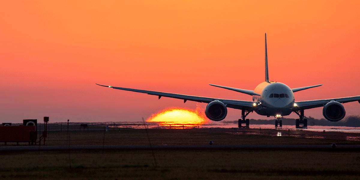 熊本空港で飛行機と夕日を撮影す...