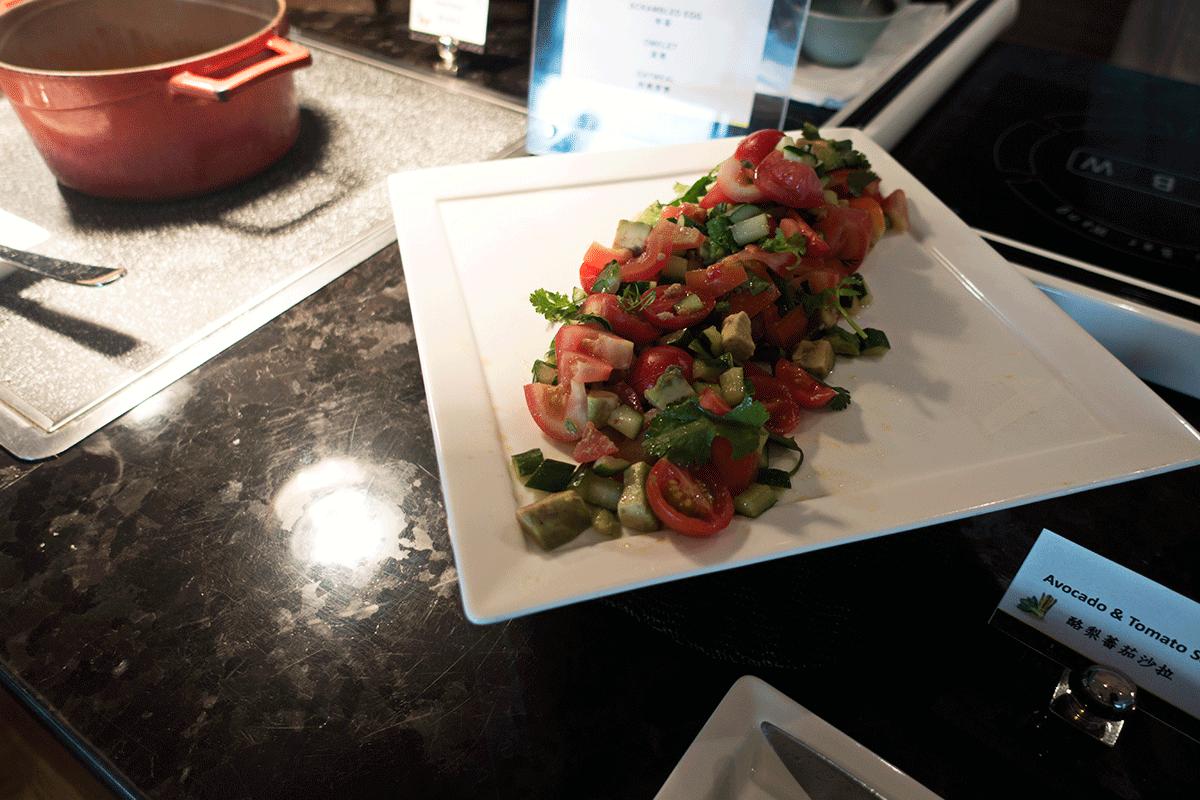 台北マリオットホテルのエグゼクティブラウンジで無料朝食特典 アボカドとトマトのサラダ