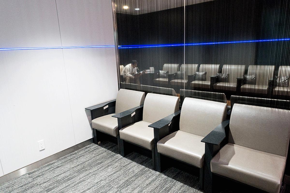松山空港ANAラウンジのソファー