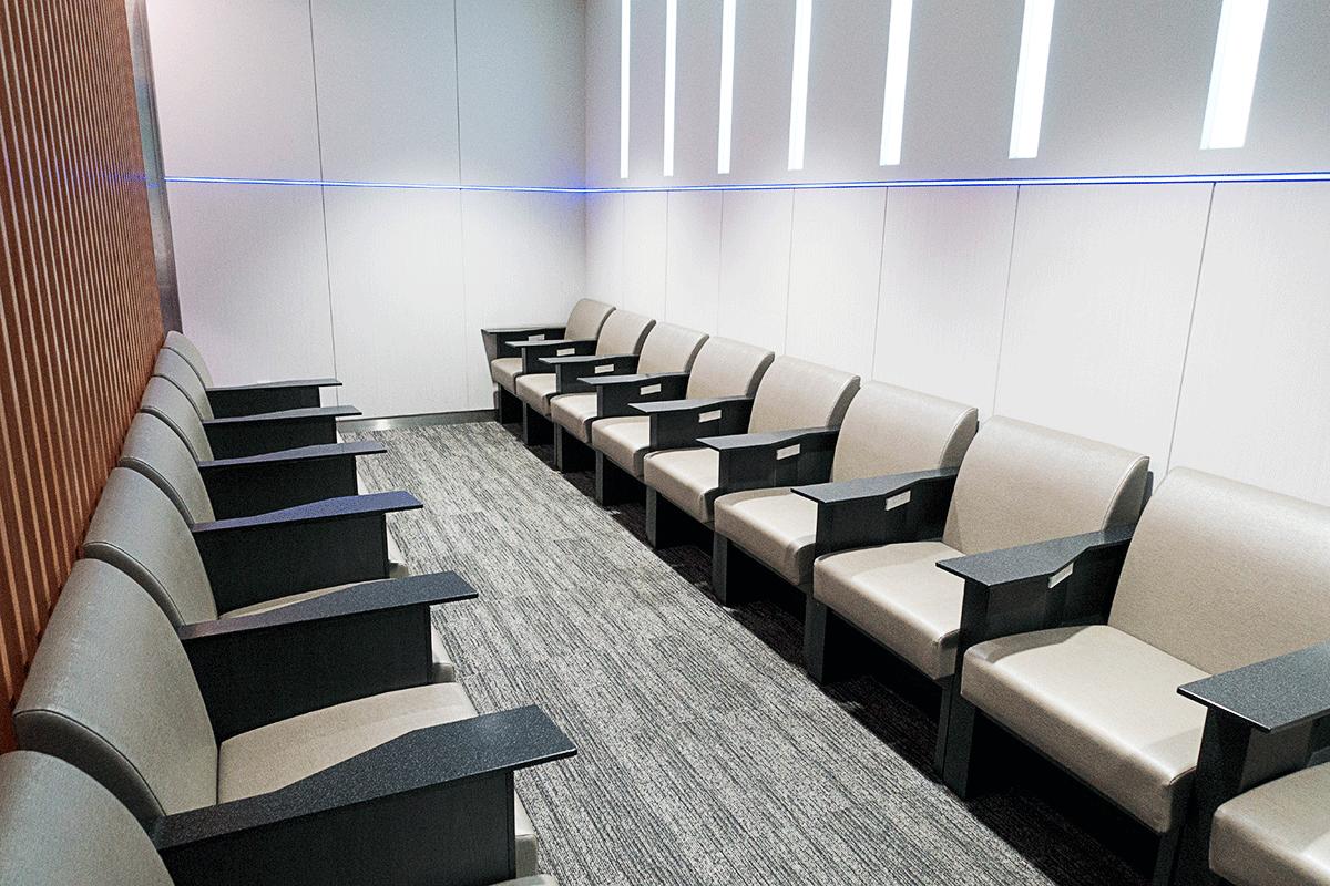 松山空港ANAラウンジのソファ