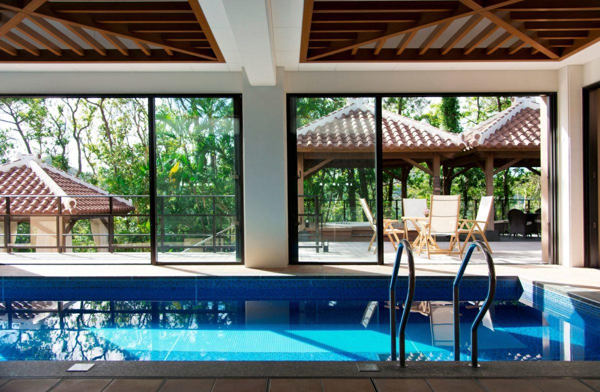 ザ・リッツ・カールトン沖縄の屋内プール