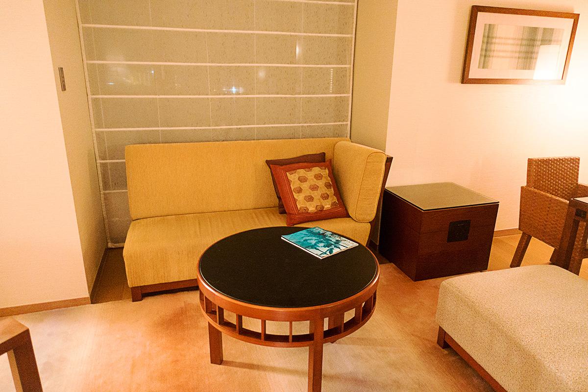 ザ・リッツ・カールトン沖縄プレミアデラックスルームのソファー