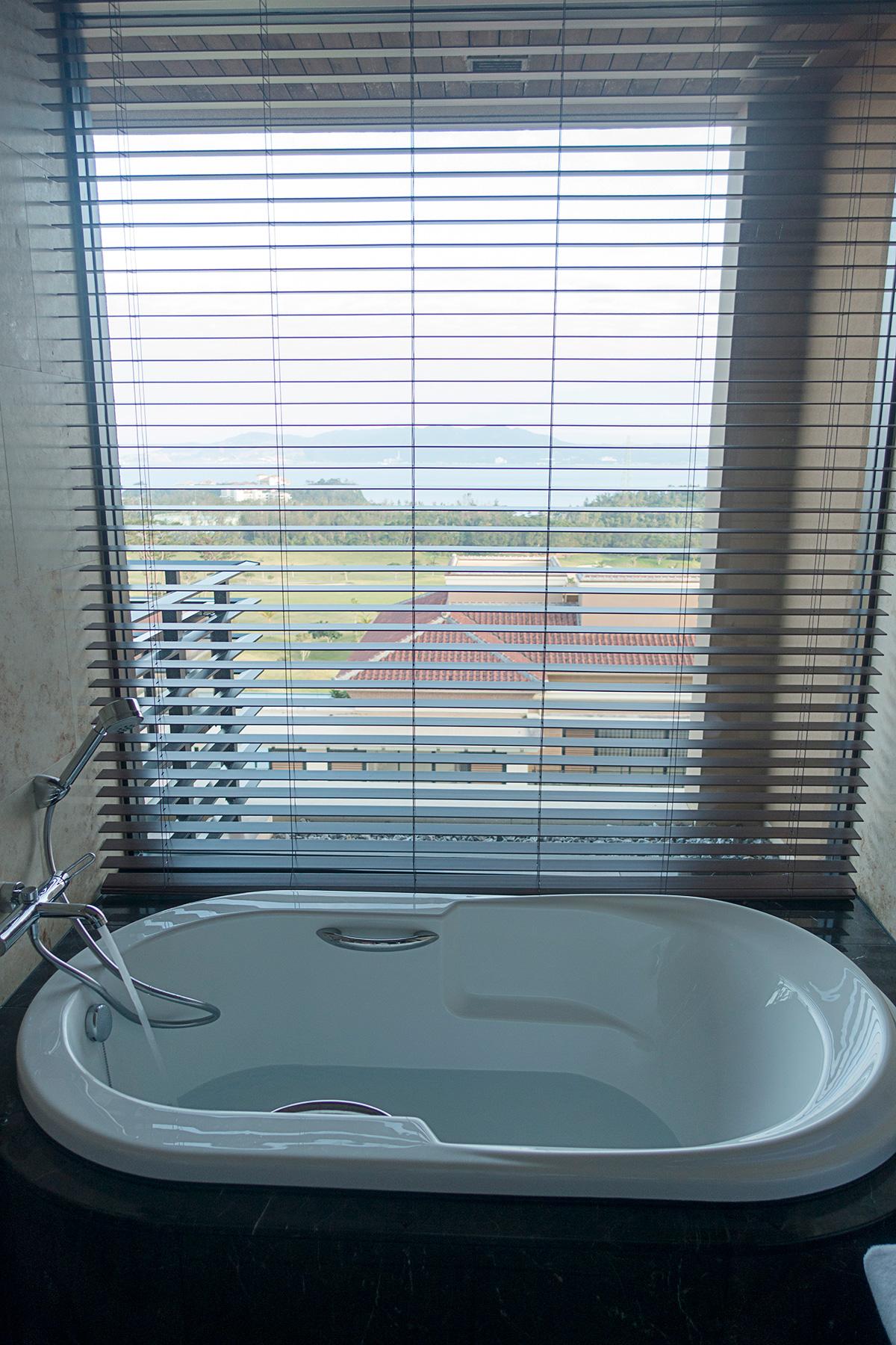 ザ・リッツ・カールトン沖縄プレミアデラックスルームのバスルームからは海も見える