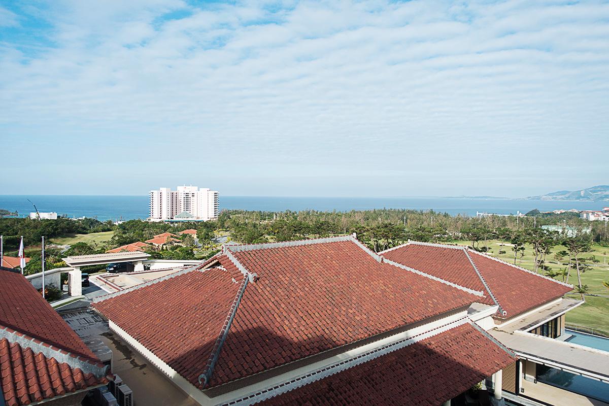 ザ・リッツ・カールトン沖縄プレミアデラックスルームからオキナワマリオットリゾートも見える