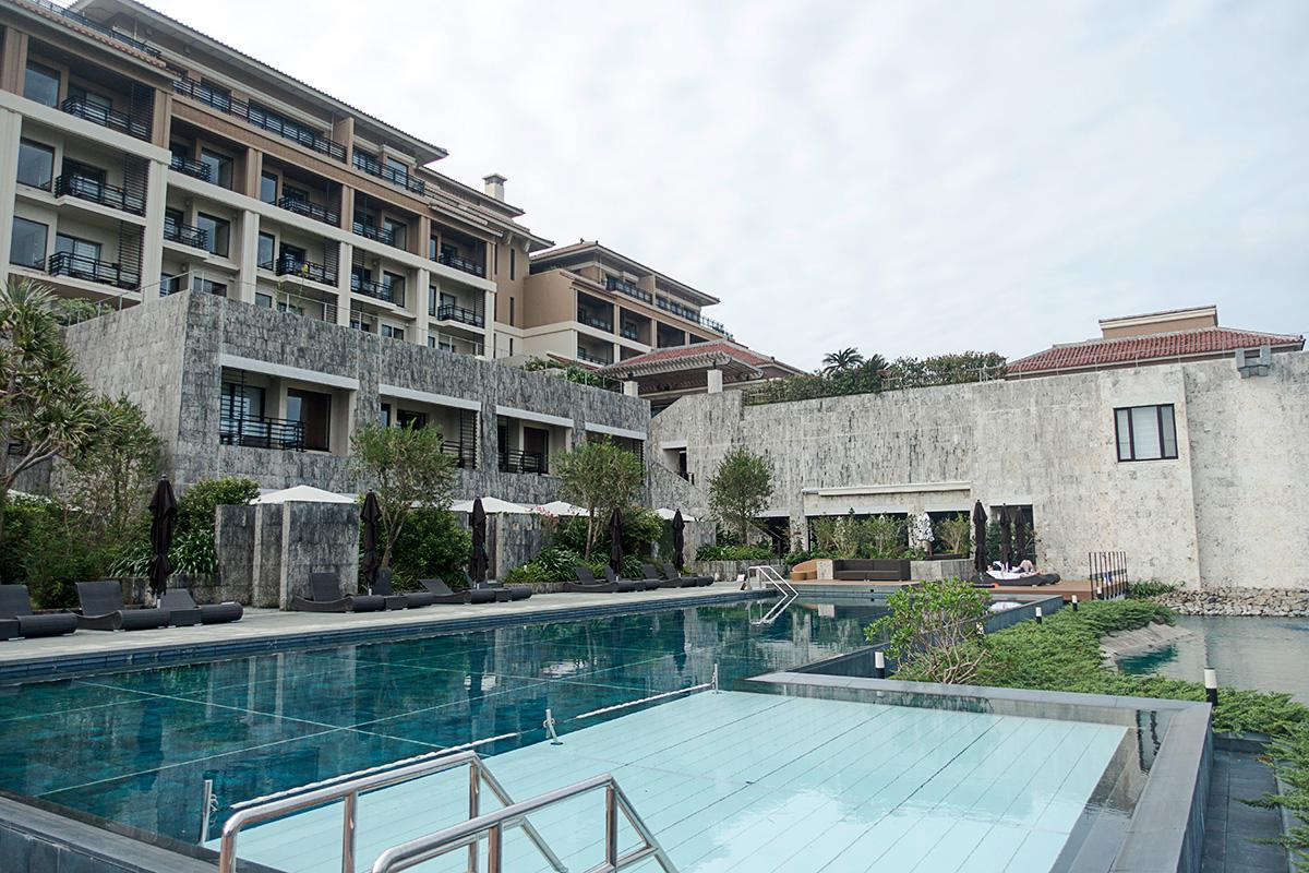ザ・リッツ・カールトン沖縄の屋外プールはカバナルームからダイレクトアクセス可能