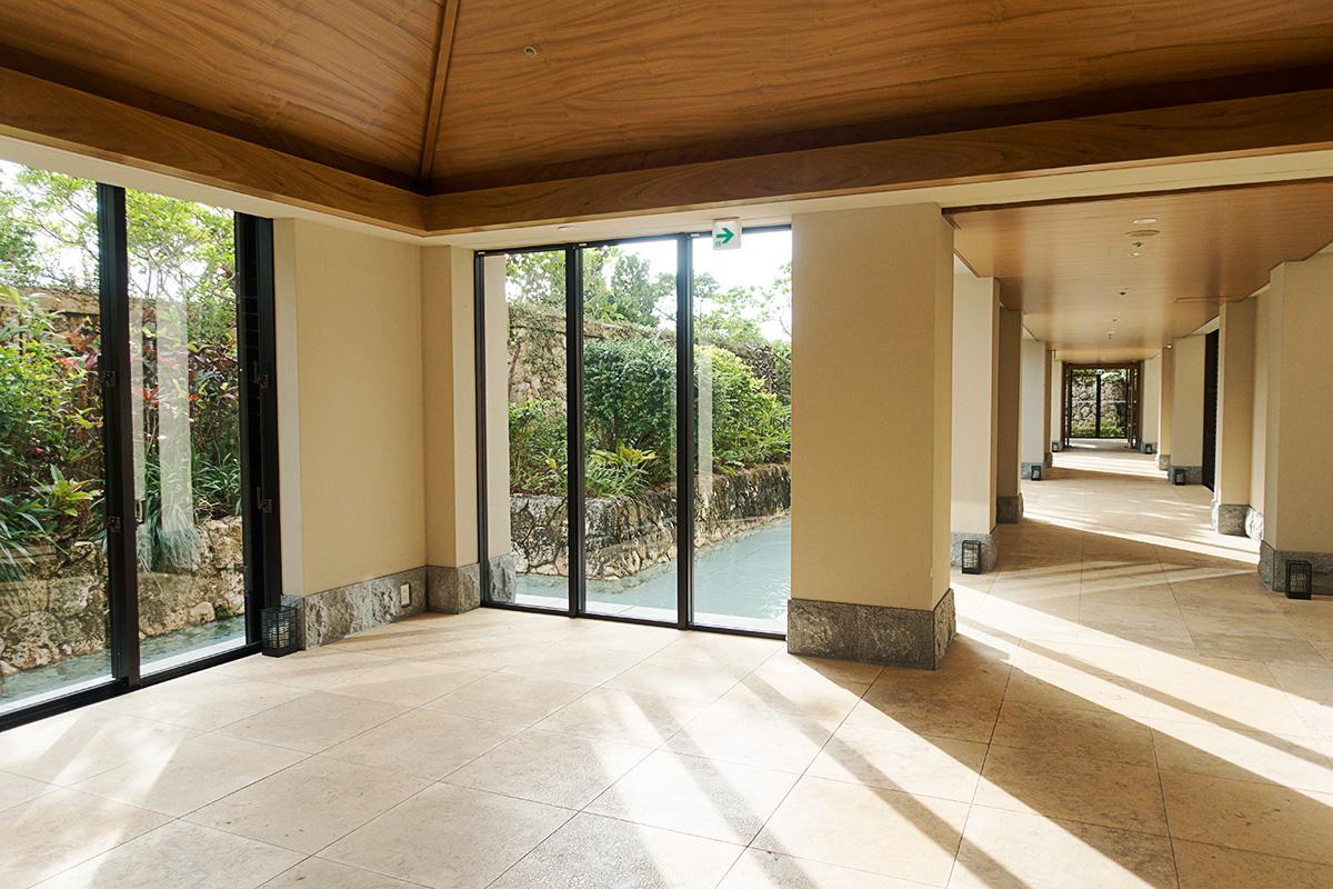 ザ・リッツ・カールトン沖縄の廊下の風景