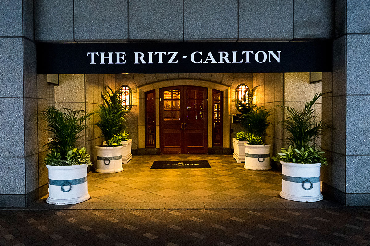 夜のザ・リッツ・カールトン大阪の入り口