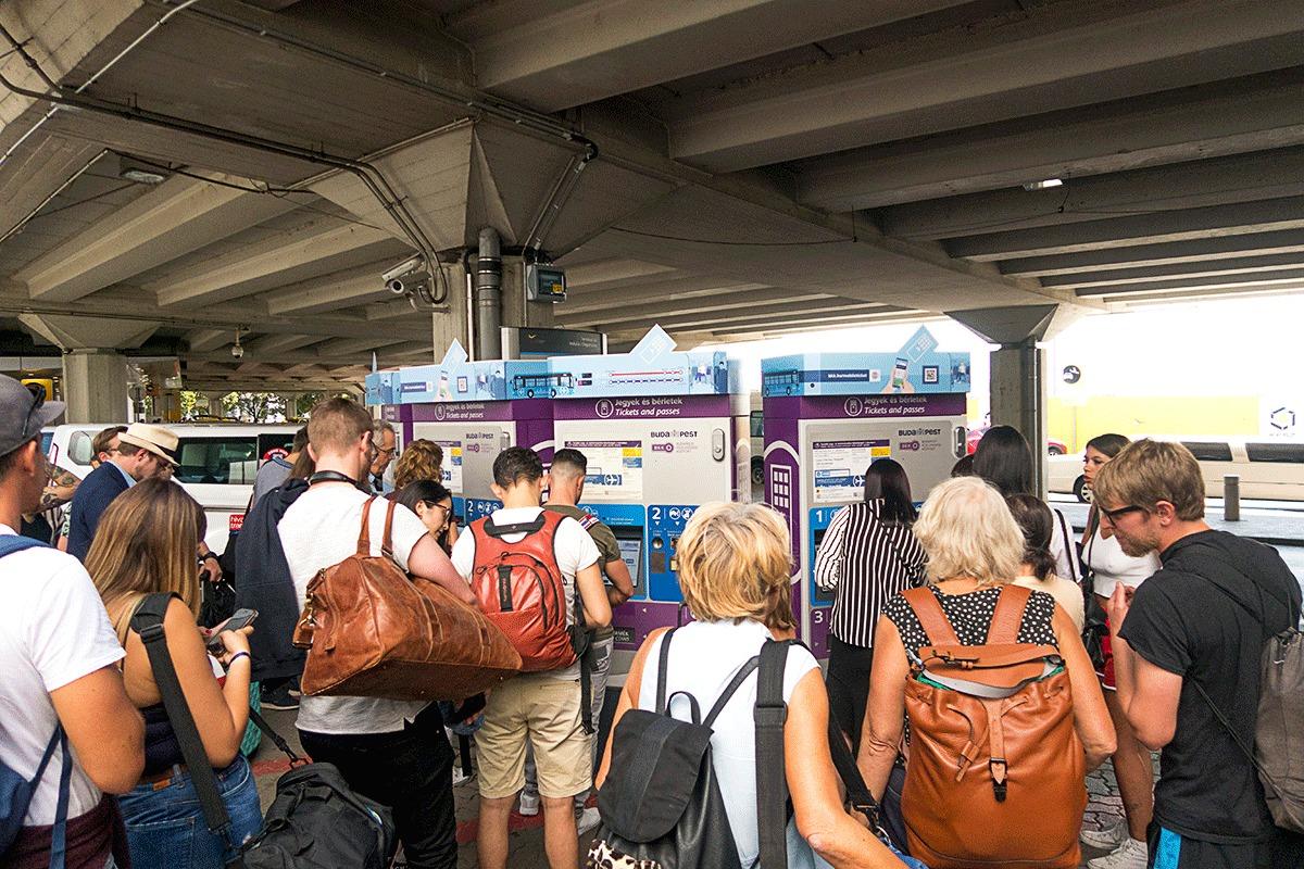 リスト・フェレンツ国際空港でエアポートバスのチケット購入