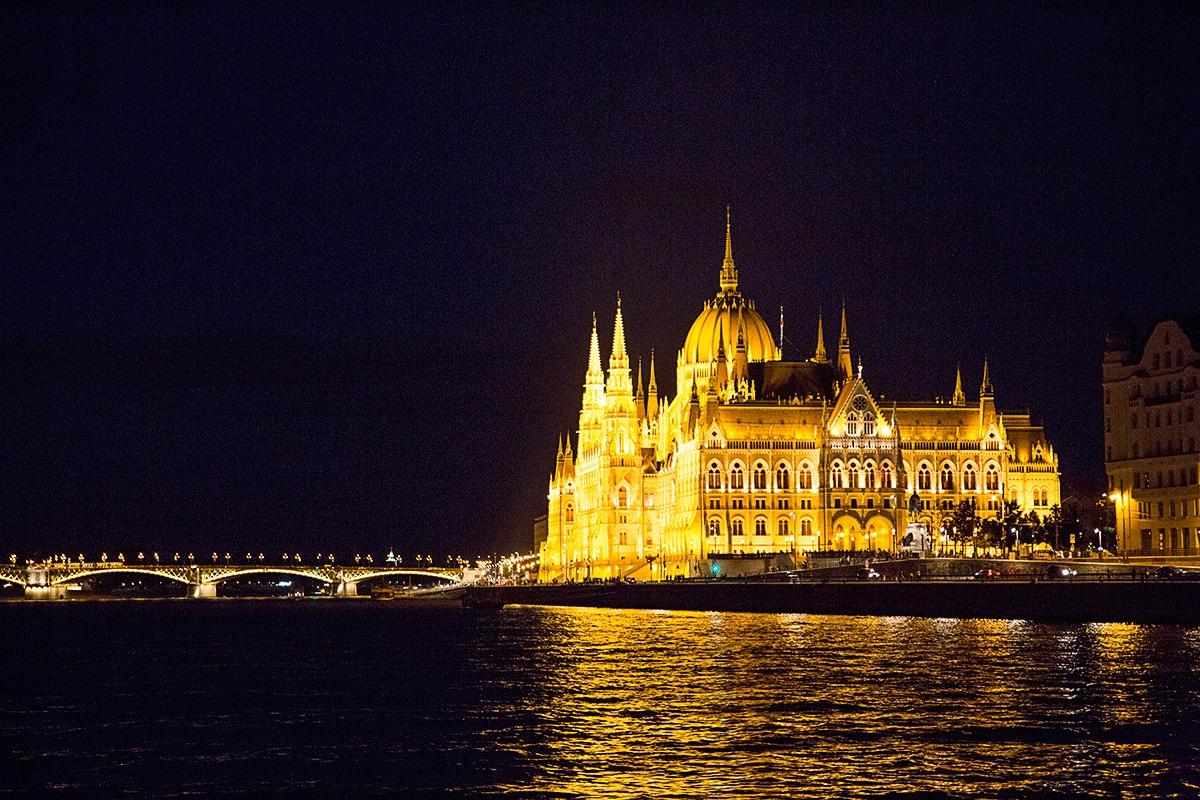 ブダペストのナイトクルーズで見える国会議事堂