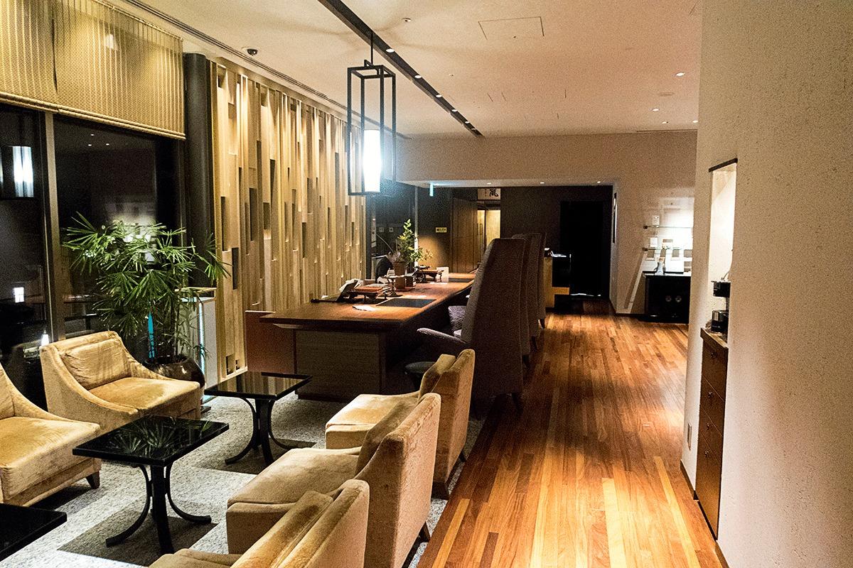 翠嵐ラグジュアリーコレクションホテル京都のフロントでチェックイン