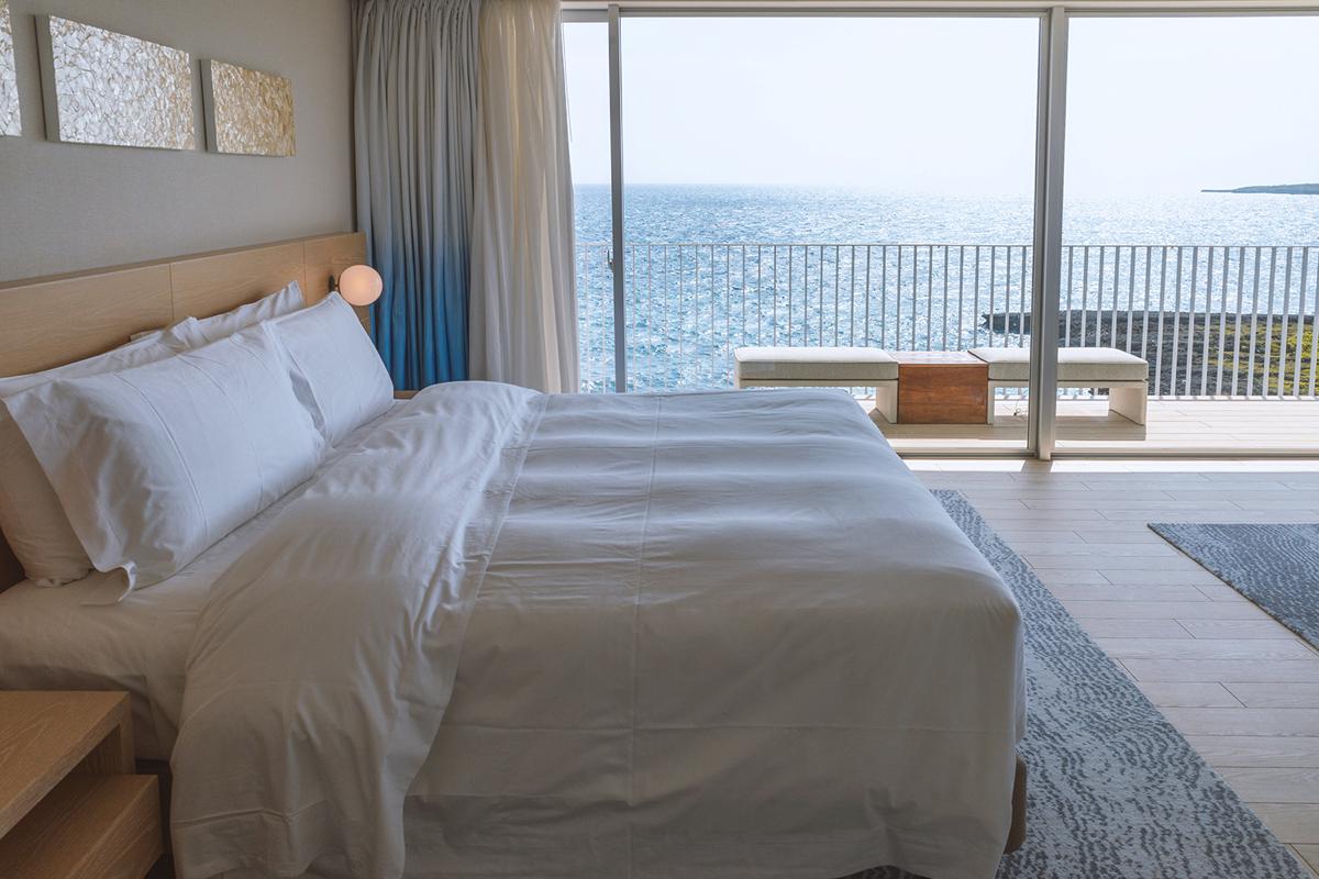 オーシャンビューコーナージュニアスイートのベッドルームから見える海